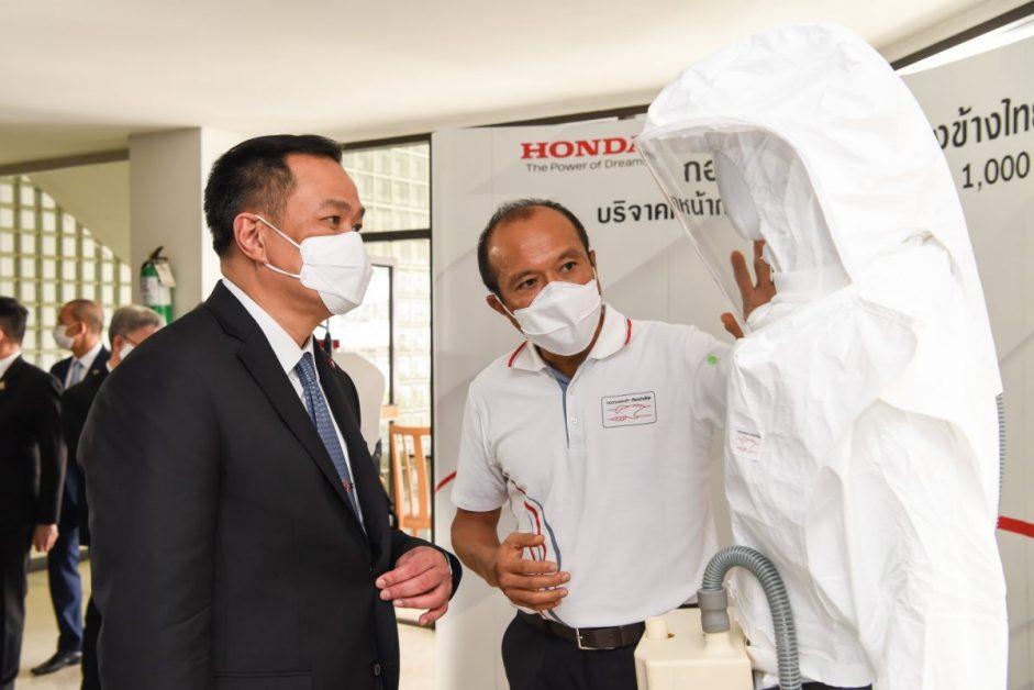 ข่าวรถวันนี้ : กองทุนฮอนด้าเคียงข้างไทย ส่งมอบนวัตกรรมหน้ากากแรงดันลบและบวก ฝีมือทีมวิศวกรฮอนด้า และเครื่องพ่นยาฆ่าเชื้อ โดยมีกระทรวงสาธารณสุข เป็นประธานรับมอบ